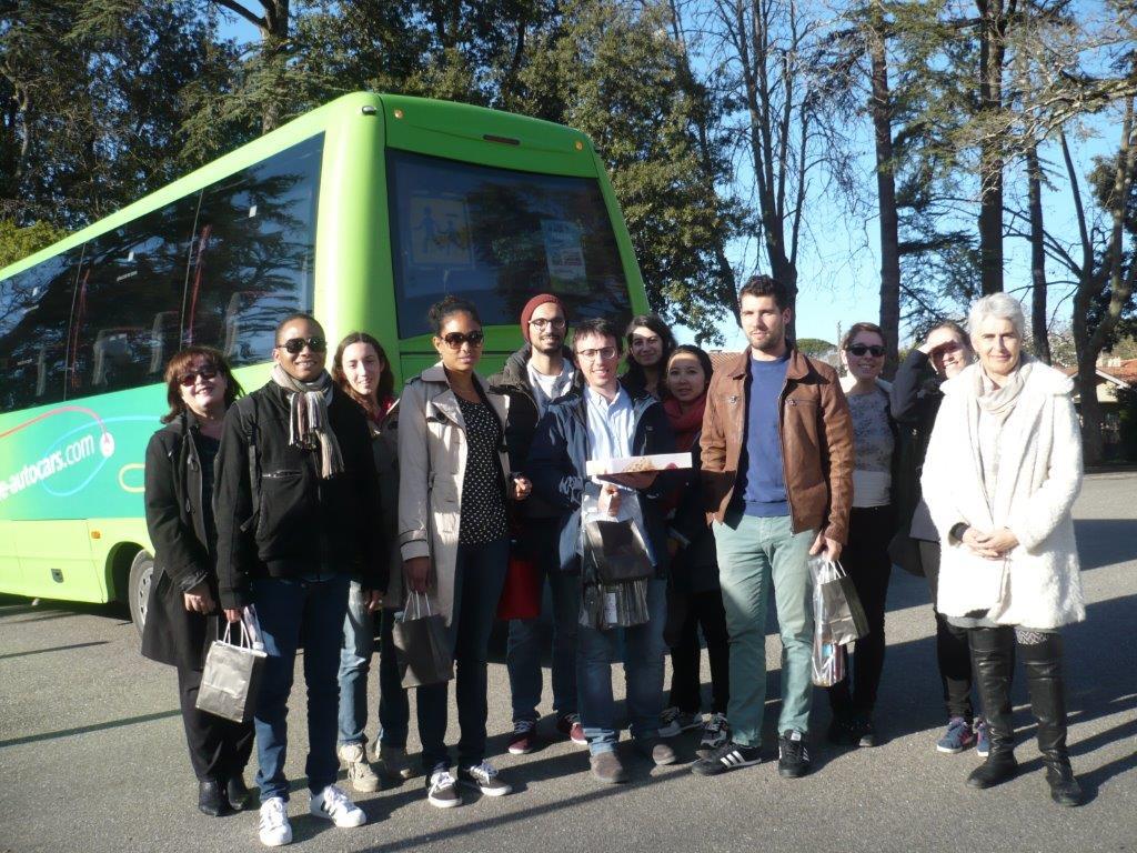 Jeunes médecins posant devant un bus vert
