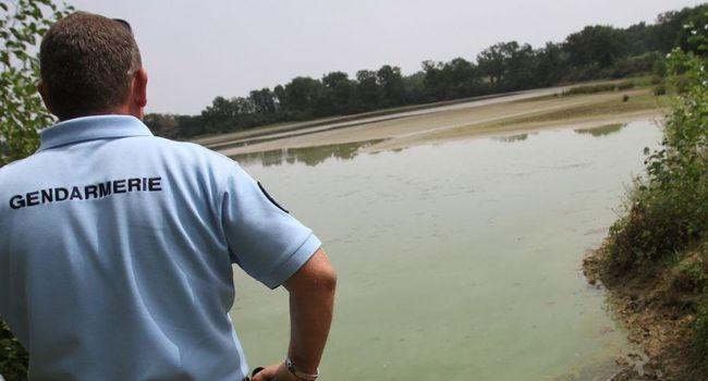 Gendarme devant l'étang du Moura détruit