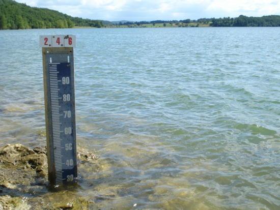 Jauge de niveau d'un lac en période de sécheresse