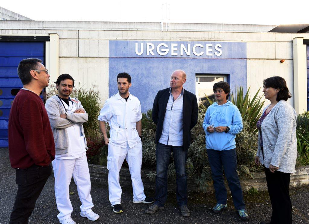 Médecins edvant l'entrée des urgences de l'hôpital