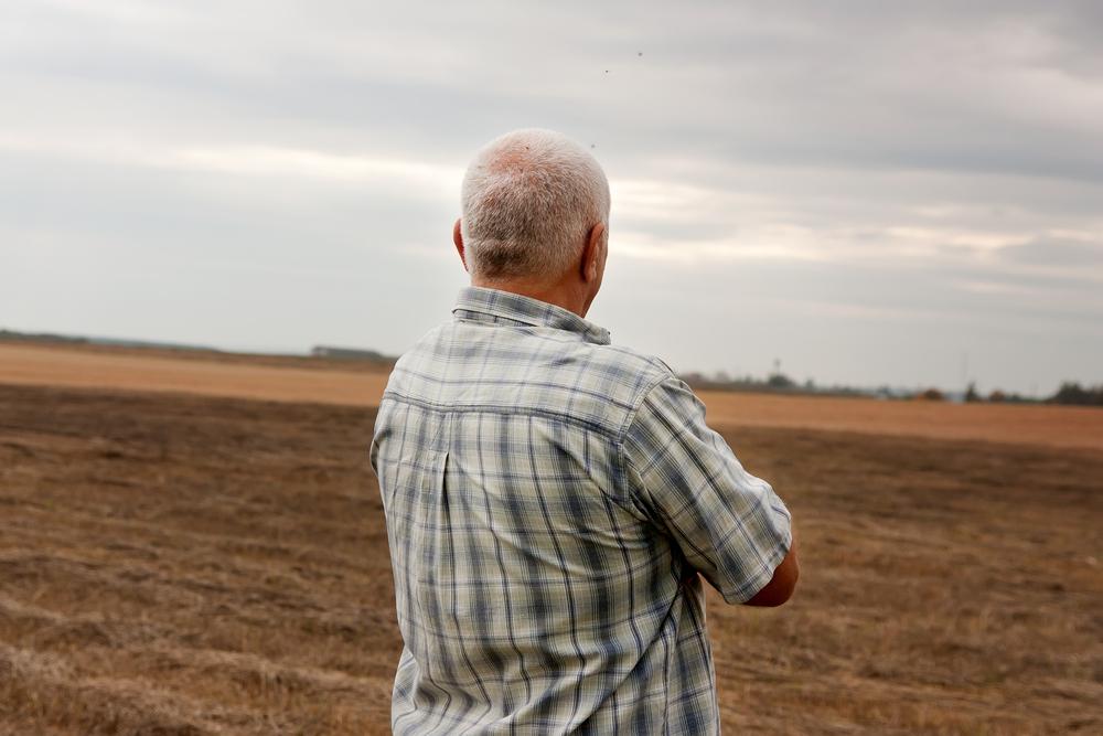 Agriculteur âgé vu de dos