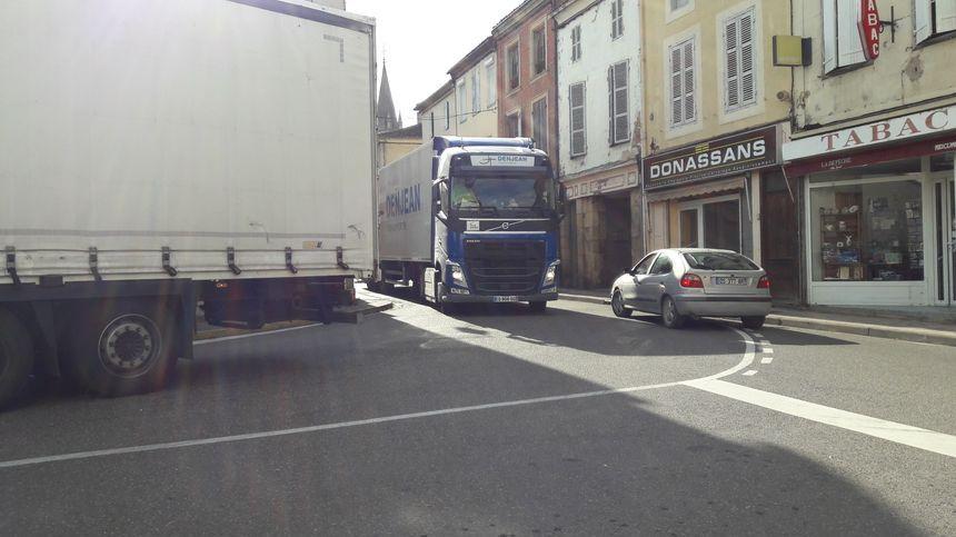 Camions coincés dans l'impossible traversée de Nogaro