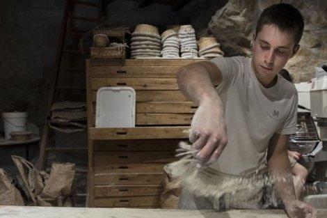 Boulanger fleurant sa pâte